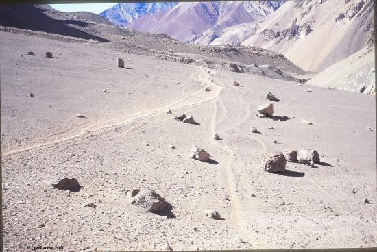 Paysage désertique en direction de l' Aconcagua