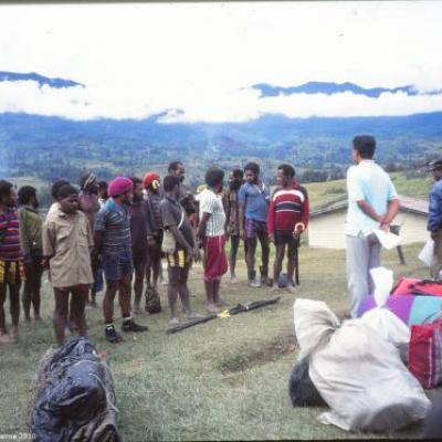 Porteurs papous au centre du village d'Illaga